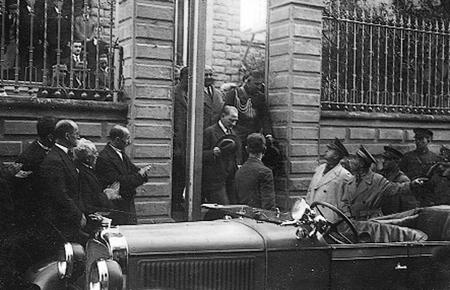 AtaturkveTrabzon_TurkOcagiBinasindanCikarken.jpg